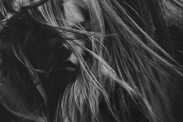capelli -lunghi- scalati- lisci